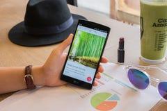 CHIANG MAI TAJLANDIA, LIPIEC, - 17 2016: LG G4 seansu ekran strzelał Airbnb zastosowanie na ekranie Airbnb jest stroną internetow Fotografia Royalty Free