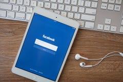 CHIANG MAI TAJLANDIA, Luty, - 8, 2014: Facebook zastosowanie podpisuje wewnątrz stronę na Jabłczanym iPad Facebook jest wielkim i Fotografia Royalty Free