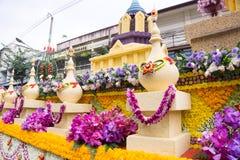 CHIANG MAI TAJLANDIA, LUTY, - 3: Parada samochody dekorują z wiele różnymi rodzajami kwiaty w rocznika Chiang 42th Mai Fotografia Royalty Free