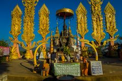 CHIANG MAI TAJLANDIA, LUTY, - 01, 2018: Plenerowy widok niezidentyfikowani ludzie hinduska Duża słoń statua przy złotym Obraz Royalty Free