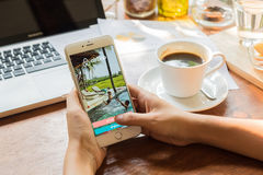 CHIANG MAI TAJLANDIA, MAJ, - 09 2016: Jabłczany iPhone 6 plus Pokazywać Airbnb zastosowanie na ekranie Airbnb jest stroną interne Obraz Royalty Free
