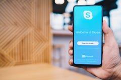CHIANG MAI TAJLANDIA, Mar, - 23,2019: Mężczyzna trzyma Xiaomi Mi mieszankę 3 z skype apps Skype jest cz??ci? Microsoft, mo?e robi zdjęcia royalty free