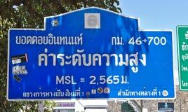 Chiang Mai Tajlandia, Marzec, - 25, 2017: Wysoki znak Doi Inthanon przeciw pięknemu natury tłu w Tajlandia Obrazy Royalty Free
