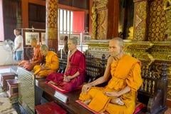 CHIANG MAI, TAJLANDIA, MARZEC 06, 2018: Zadziwiający widok wosk statua mnich buddyjski w świątyni Zdjęcie Stock