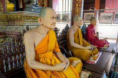 CHIANG MAI, TAJLANDIA, MARZEC 06, 2018: Zadziwiający widok wosk statua mnich buddyjski w świątyni Obraz Royalty Free