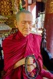 CHIANG MAI, TAJLANDIA, MARZEC 06, 2018: Zadziwiający widok wosk statua mnich buddyjski w świątyni Zdjęcia Stock