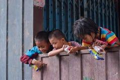 CHIANG MAI TAJLANDIA, PAŹDZIERNIK - 23: niezidentyfikowani dzieci jedzą sna Fotografia Royalty Free