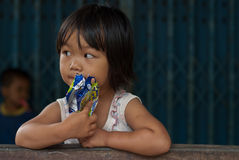 CHIANG MAI TAJLANDIA, PAŹDZIERNIK - 23: niezidentyfikowani dzieci jedzą sna Zdjęcia Royalty Free