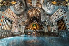Chiang Mai, Tajlandia, 12 16 18: Wśrodku srebnej świątyni Szeroki kąt strzelający sceneria Złota i srebra ornamenty przy ścianami obraz royalty free