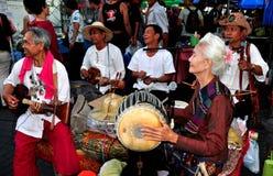 Chiang Mai, TH: Тайские музыканты выполняя на рынке Стоковая Фотография