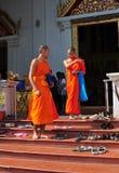 Chiang Mai, Th: 2 монах на Wat Phr Singh Стоковые Фото