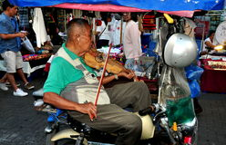 Chiang Mai, TH: Alter Mann, der Violine auf Motorrad spielt stockfotos
