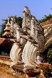 Chiang Mai, TH : Dragons de Naga chez Wat Chedi Luang Photographie stock libre de droits
