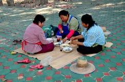 Chiang Mai, Th: Drei Frauen, die das Mittagessen essen lizenzfreie stockfotos