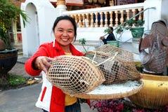 Chiang Mai, TH : Femme avec des colombes photographie stock
