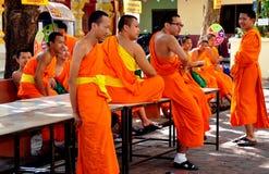 Chiang Mai TH: Grupp av Monks på det thailändska tempelet Fotografering för Bildbyråer