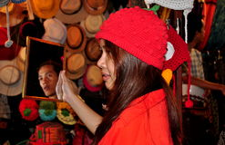 Chiang Mai, TH: Mädchen, das auf Red Hat versucht lizenzfreies stockbild