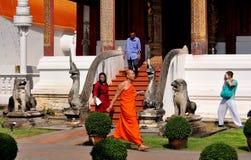 Chiang Mai, TH: Mönch u. Touristen am Tempel lizenzfreies stockfoto