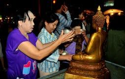 Chiang Mai, TH: Mulheres que Praying a Buddha Imagem de Stock