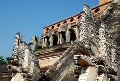 Chiang Mai TH: Nagadrakar på Wat Chedi Luang Arkivfoton