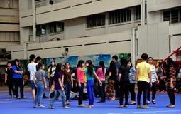 Chiang Mai TH: Tonår i skolgård Royaltyfri Bild