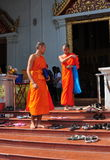 Chiang Mai Th: Två Monks på Wat Phr Singh Arkivfoton