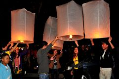 Chiang Mai, Thaïlande : Allumage des lampions Photo libre de droits