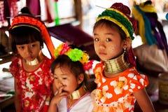 Chiang Mai, Thaïlande - 22 avril 2015 : Le village des femmes long-étranglées Villages de Hilltribe Image stock