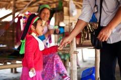 Chiang Mai, Thaïlande - 22 avril 2015 : Le village des femmes long-étranglées Villages de Hilltribe Photos stock