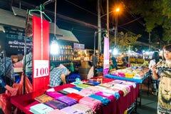 Chiang Mai, Thaïlande - 1er janvier 2018 : Touristes voyageant la nuit Image libre de droits