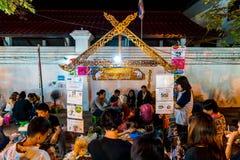 Chiang Mai, Thaïlande - 1er janvier 2018 : Touristes voyageant la nuit Images libres de droits