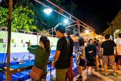 Chiang Mai, Thaïlande - 1er janvier 2018 : Touristes voyageant la nuit Photo libre de droits