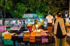 Chiang Mai, Thaïlande - 1er janvier 2018 : Touristes voyageant la nuit Photos libres de droits