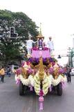 CHIANG MAI, THAÏLANDE - 3 FÉVRIER : Les voitures de défilé sont décorées de beaucoup de différents genres de fleurs dans l'annuai Image libre de droits