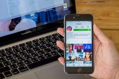 CHIANG MAI, THAÏLANDE - JUILLET 10,2016 : Les femmes tient l'iPhone 6 d'Apple photos libres de droits