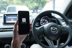 CHIANG MAI, THAÏLANDE - 15 JUIN 2017 : Une main d'homme tenant Uber AP Image libre de droits