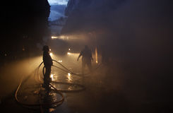 CHIANG MAI, THAÏLANDE 17 MAI : Le feu dans les entrepôts - le feu de crochet dedans Images libres de droits