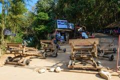 Chiang Mai, Thaïlande - 27 novembre 2014 : Des touristes non identifiés sont disposés pour le traîneau en bois de jeu à roues le  Images libres de droits