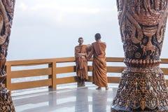 Chiang Mai, Thaïlande - novembre 2017 : Le moine prend une photo de poser le moine dans le balcon de Doi Suthep le jour lumineux photos stock