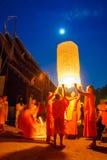 CHIANG MAI, THAÏLANDE - 12 NOVEMBRE 2008 : Un petits moine et col Photographie stock