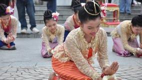 Les étudiants adolescents exécutent des danses thaïlandaises traditionnelles Image stock