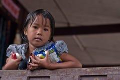CHIANG MAI THAÏLANDE - 23 OCTOBRE : les enfants non identifiés mangent la SNA Images libres de droits