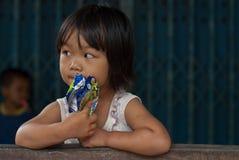 CHIANG MAI THAÏLANDE - 23 OCTOBRE : les enfants non identifiés mangent la SNA Photos libres de droits