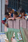 CHIANG MAI THAÏLANDE - 23 OCTOBRE : les enfants non identifiés mangent la SNA Photographie stock libre de droits