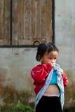 CHIANG MAI THAÏLANDE - 23 OCTOBRE : les enfants non identifiés mangent la SNA Photo stock