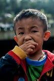 CHIANG MAI THAÏLANDE - 23 OCTOBRE : les enfants non identifiés mangent la SNA Photographie stock