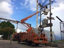 Chiang Mai, Thaïlande 31/3/2018 réparation de courant électrique élisent dessus photo libre de droits