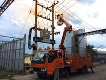 Chiang Mai, Thaïlande 31/3/2018 réparation de courant électrique élisent dessus images libres de droits