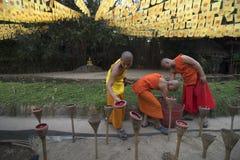 """CHIANG MAI THAILAND †""""1 MAART: De Dag van Makhabucha Traditionele boeddhistische monniken en de verlichtingskaarsen voor godsdi Stock Foto"""