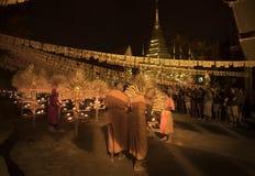 """CHIANG MAI THAILAND †""""1 MAART: De Dag van Makhabucha Traditionele boeddhistische monniken en de verlichtingskaarsen voor godsdi Royalty-vrije Stock Fotografie"""